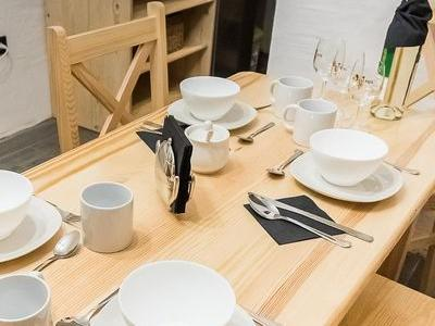 stół drewniany w domku góralskim